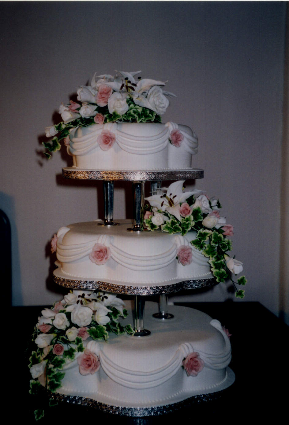 wedding cakes with pillars and roses 3 tier petal wedding cake with sugar lillies and roses 26080