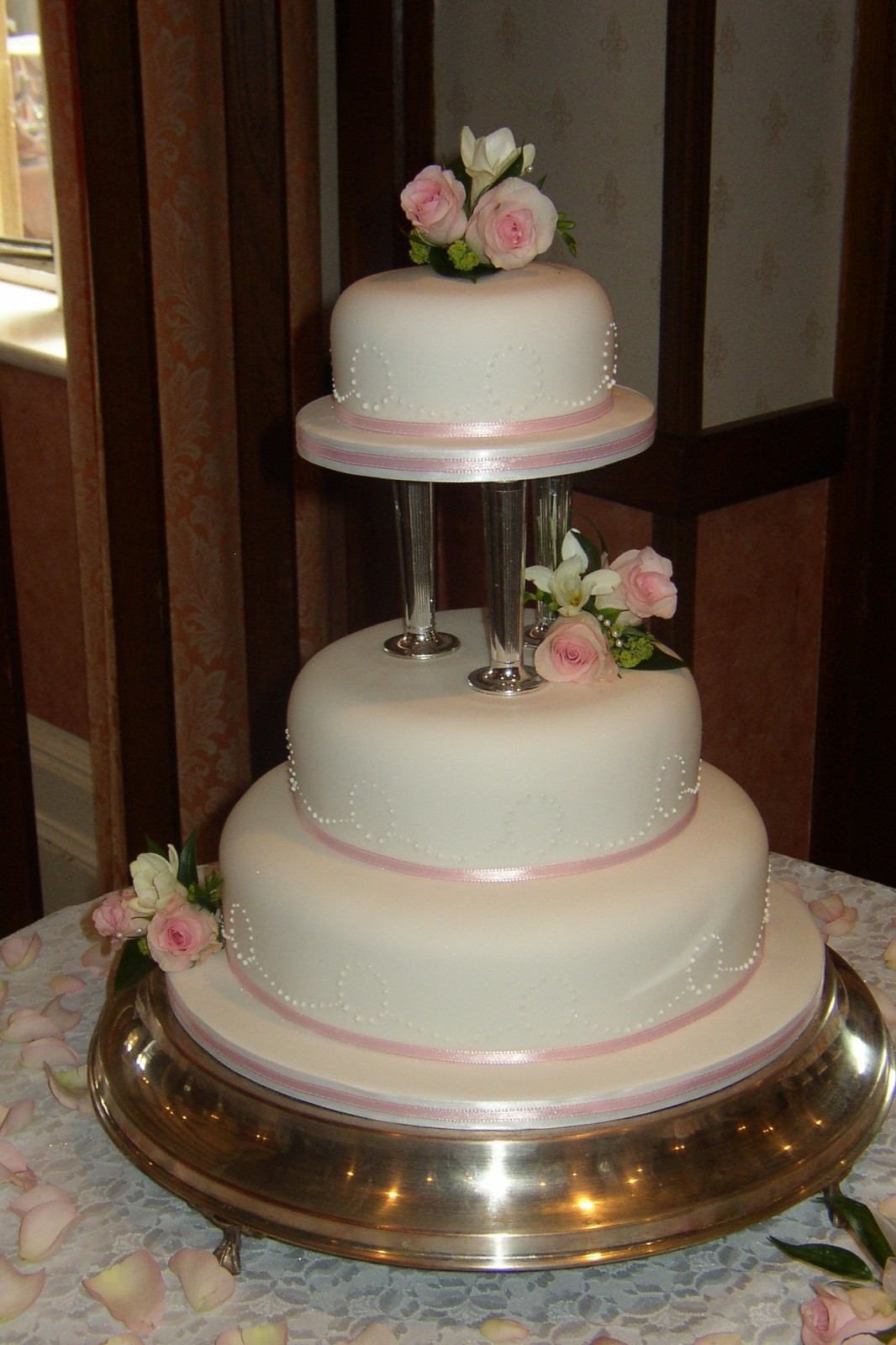 3 Tier Round Wedding Cake With Fresh Flowers 171 Susie S Cakes