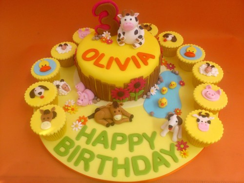Farmyard Animal Themed Birthday Cake With Cupcakes