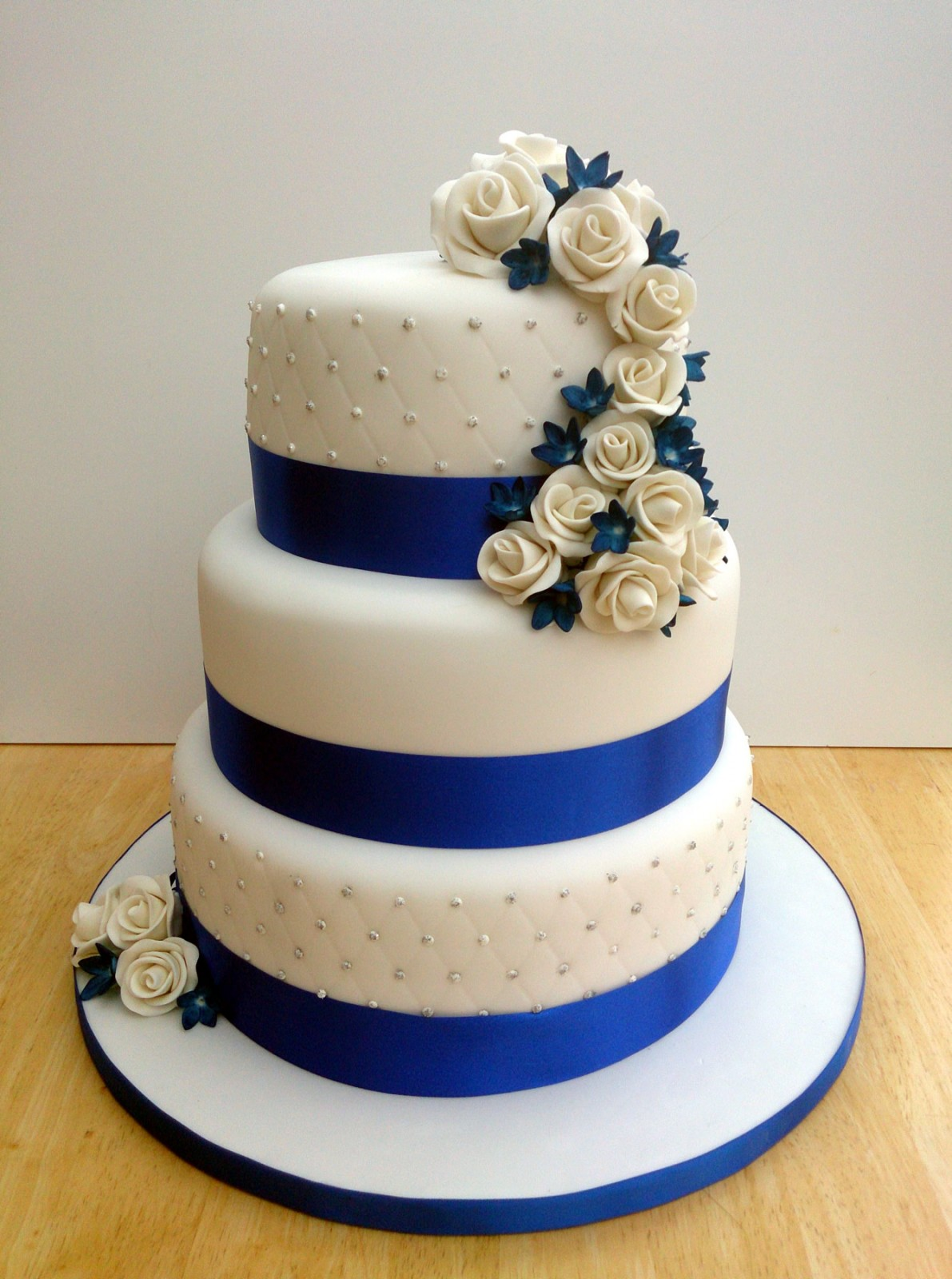 blue and white wedding cakes images 3 tier stacked wedding cake with sapphire blue and 11966