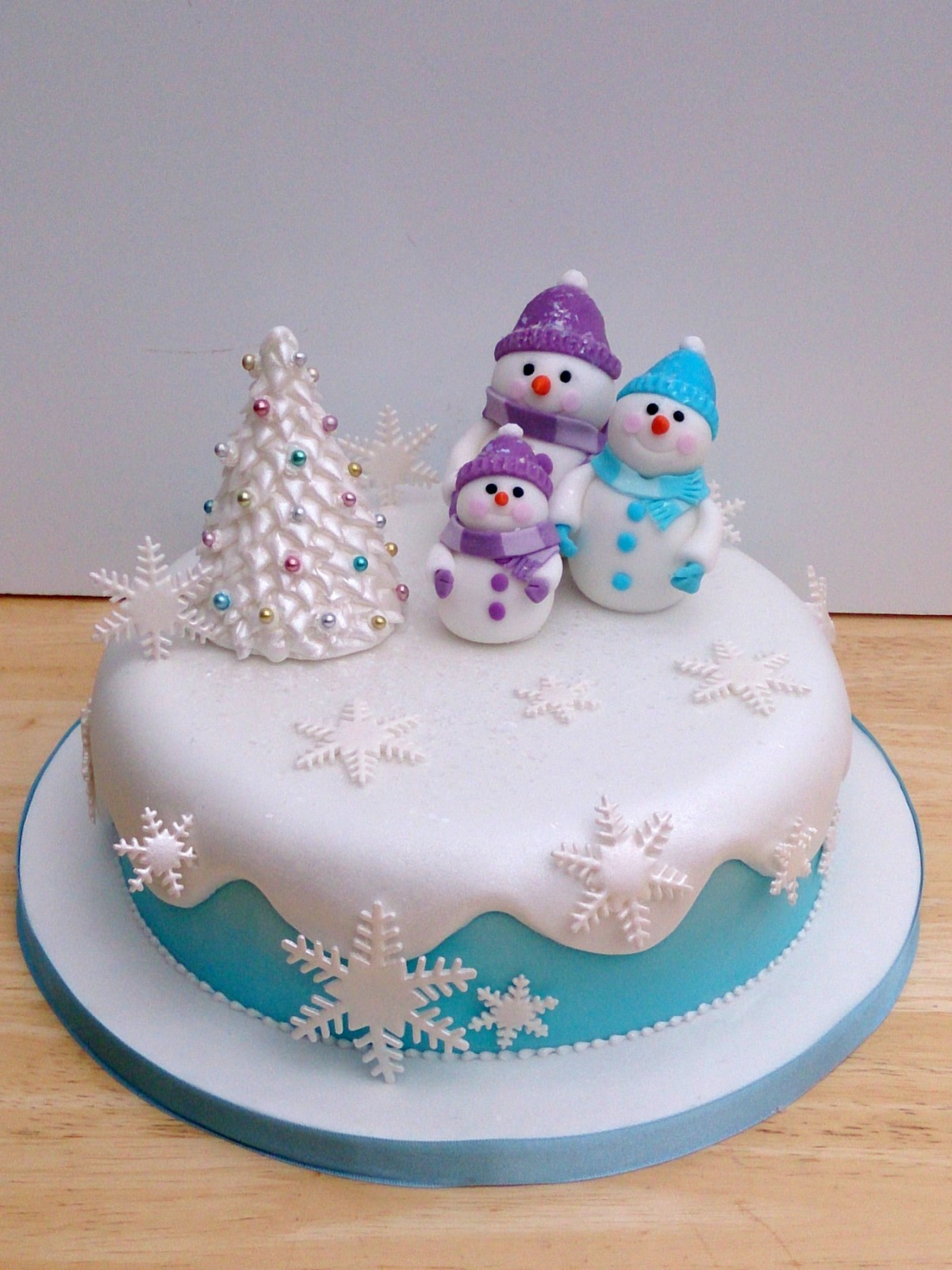 Novelty Christmas Cake Images : Snow Man and Family Novelty Christmas Cake   Susie s Cakes