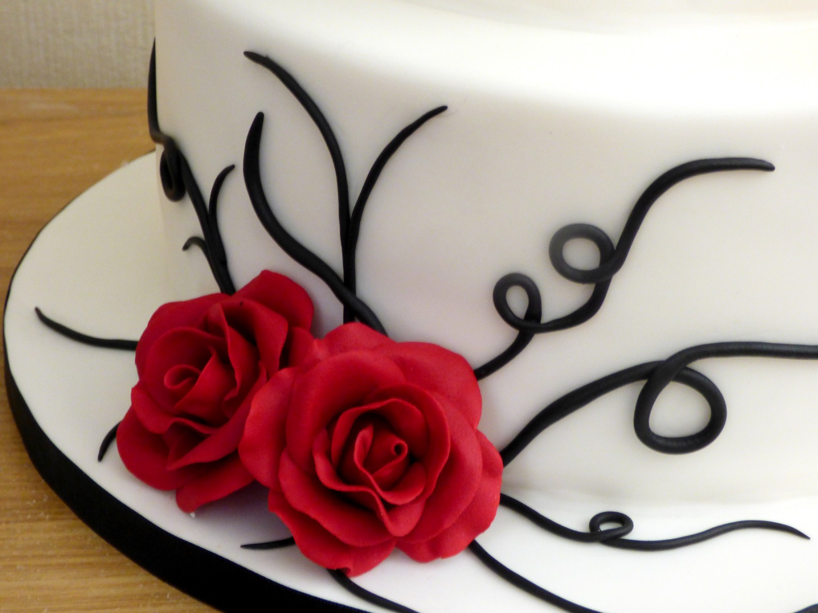2 Tier Black And White Wedding Cake With Red Roses Susie S Cakes