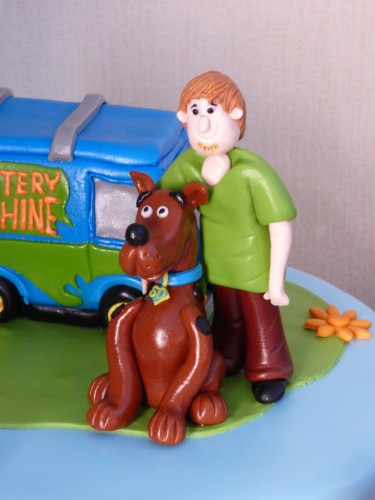scooby-doo-themed-birthday-cake-shaggy-daphne-velma-fred-mystery-machine