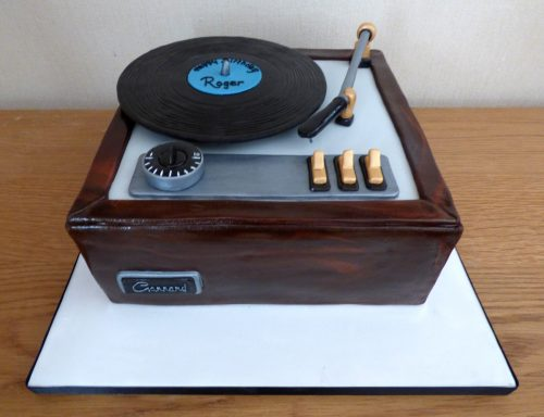 vintage-style-record-player-birthday-cake